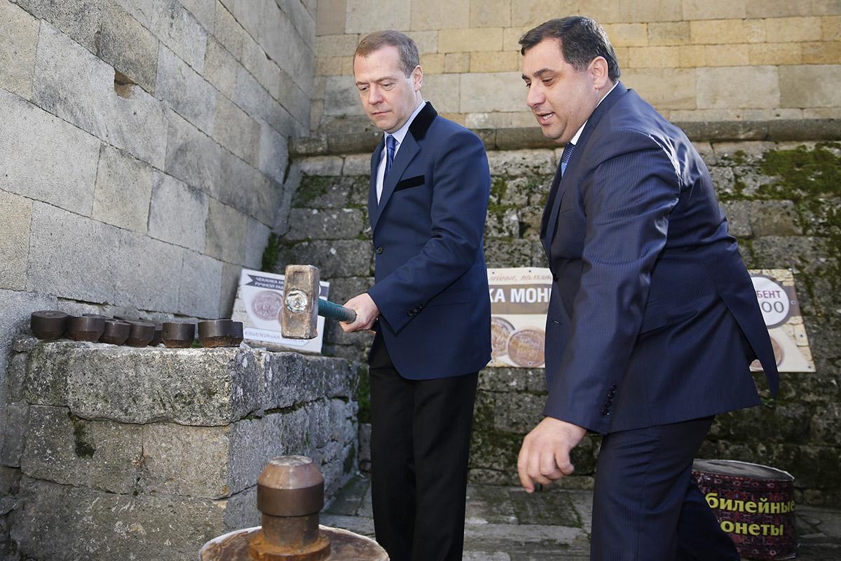 «Непонимая менталитет»: зачем азербайджанцы вДербенте сломали ворота мечети инапали нарусского чиновника