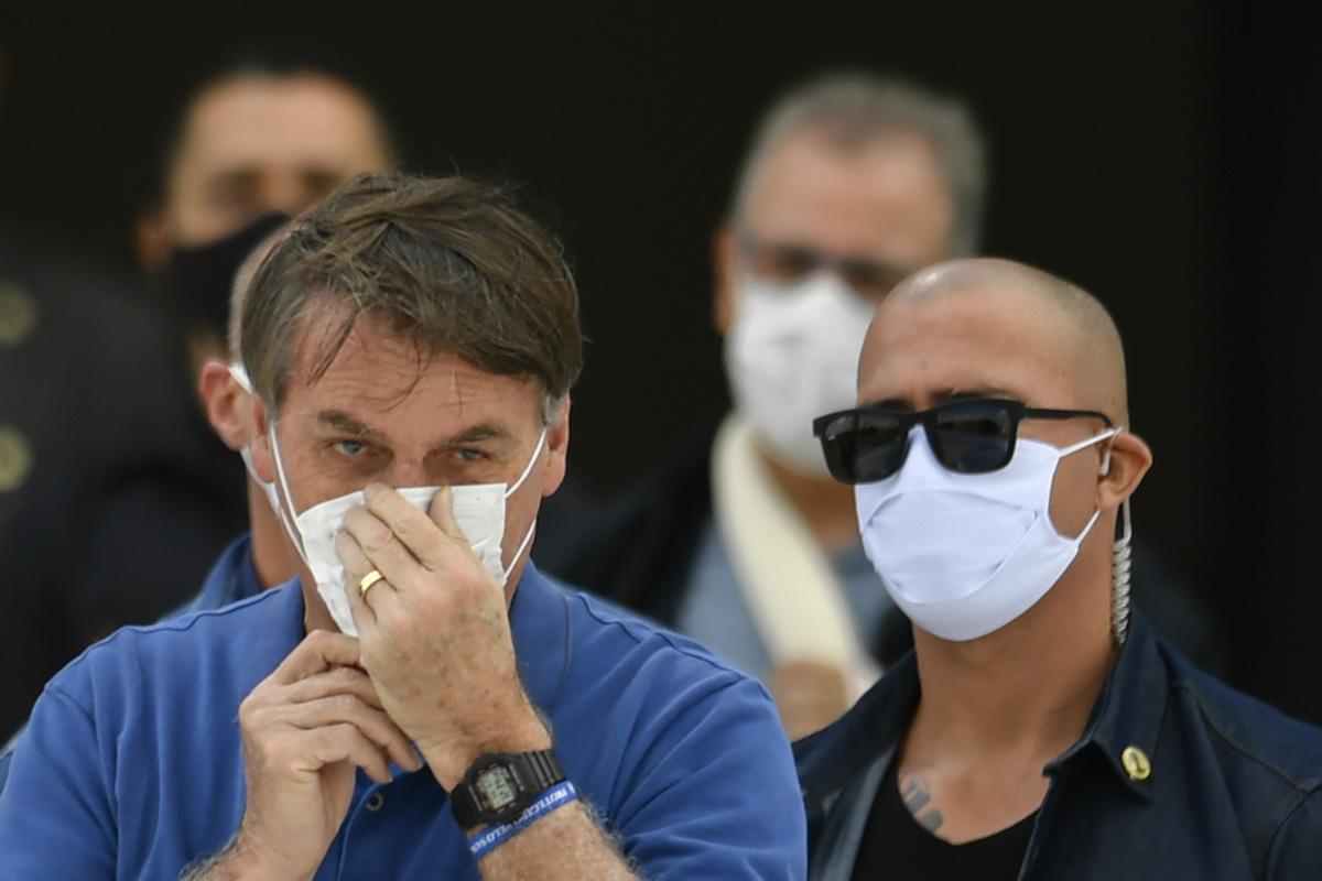 Пустые могилы, фейки ибеспечный президент: как Бразилия переживает коронавирус ипочему она рискует пострадать больше всех