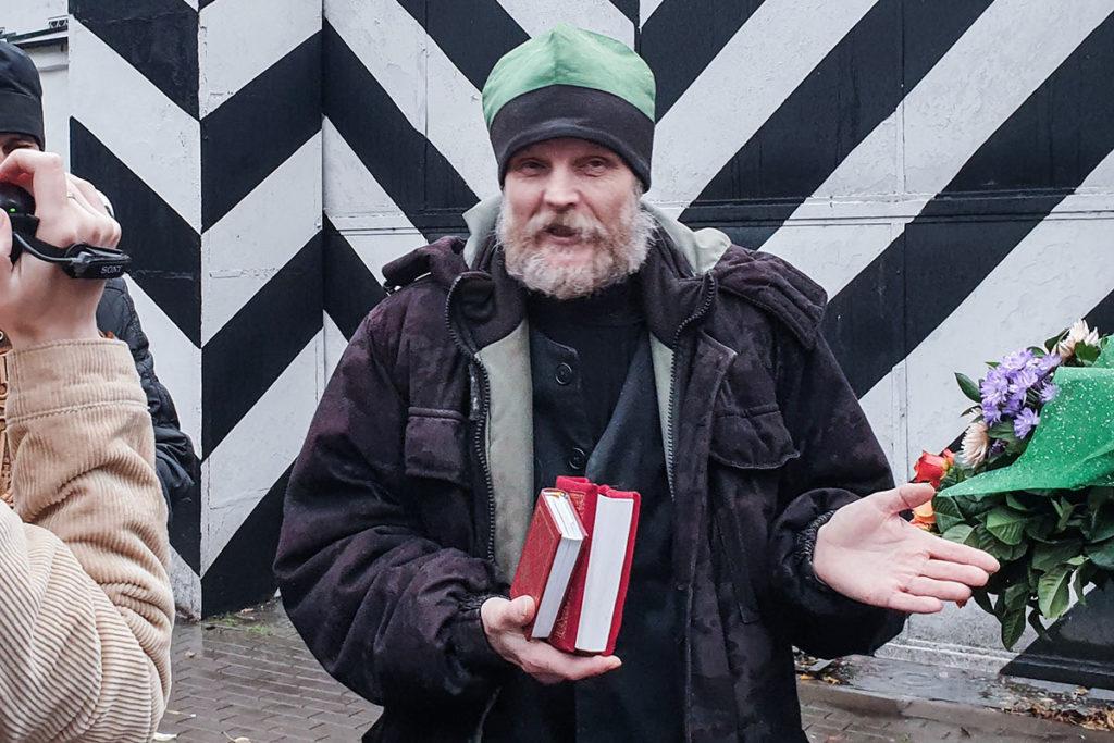 Сергий Агеев с Евангелием у здания Псковского СИЗО