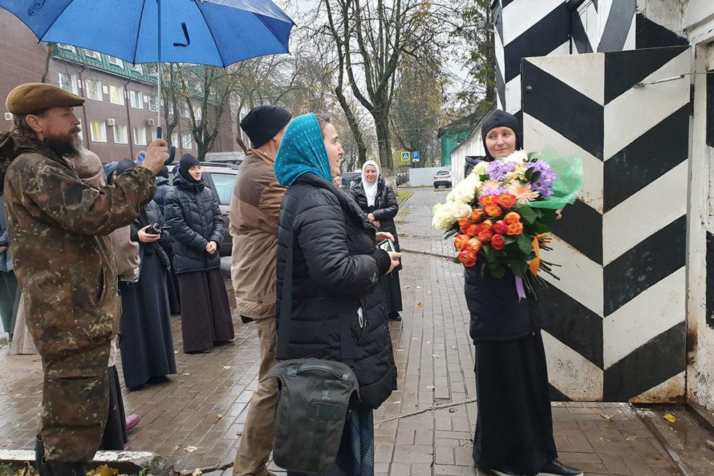 Сторонники Сергия Агеева встречают его у ворот Псковского СИЗО